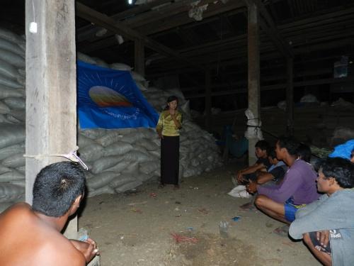 Meeting with laborers at night-North of Battambang 17/01/13
