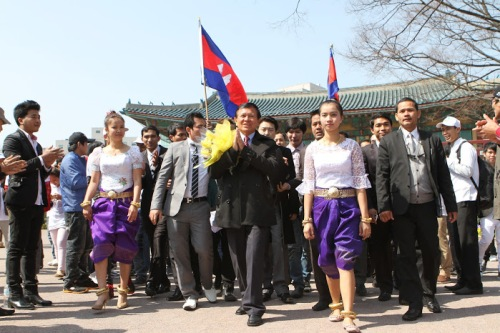 CNRP Vice-president Kem Sokha meets Cambodian workers in South Korea