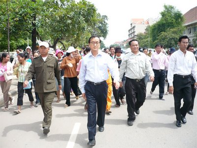 Sam Rainsy leading a march against forced evictions-2007