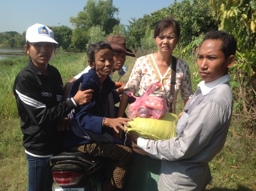 Assisting an elderly victim of floods-Tmal Khol-Battambang