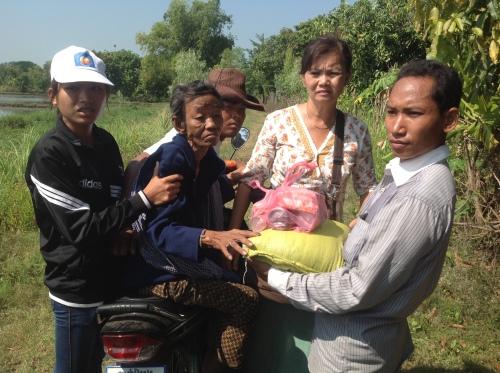 Assisting an elderly victim of floods-Tmal Khol-Battambang