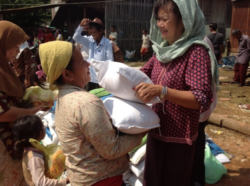 Food distribution to flood victims in a Muslim community-Battambang