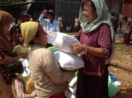 Food distribution to flood victims in a Muslim community-Battambang