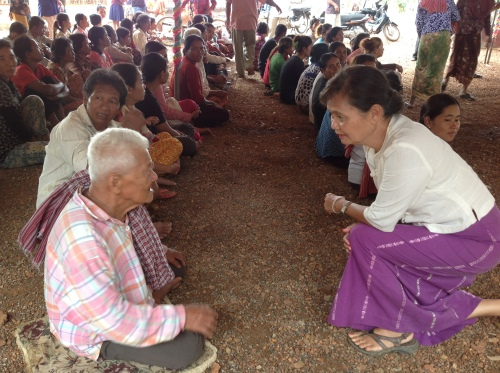 Mu Sochua listens to flood vicitms-Battambang