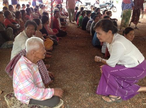 Mu Sochua listens to flood vicitms-Battambang