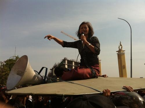 Mu Sochua addresses the crowd from the top of a tuk tuk - Municipality Court House.