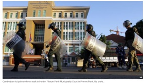 Anti-riot police marching in front of the Phnom Penh Municipal Court